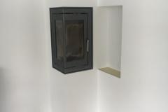 METEOR 550 højprofil pejseindsats med vinkellåge, hvor der er etableret et kik til køkkenet.